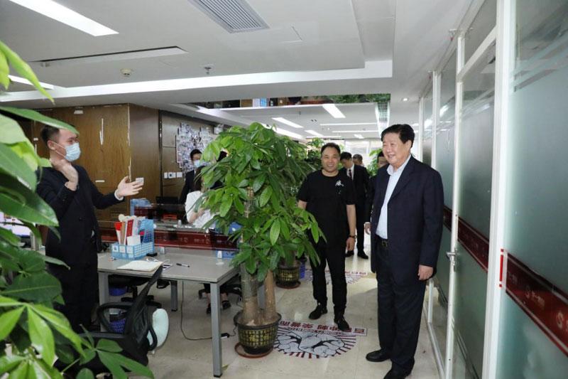 华一世纪董事长单海洋先生带李子彬会长参观华一世纪总部