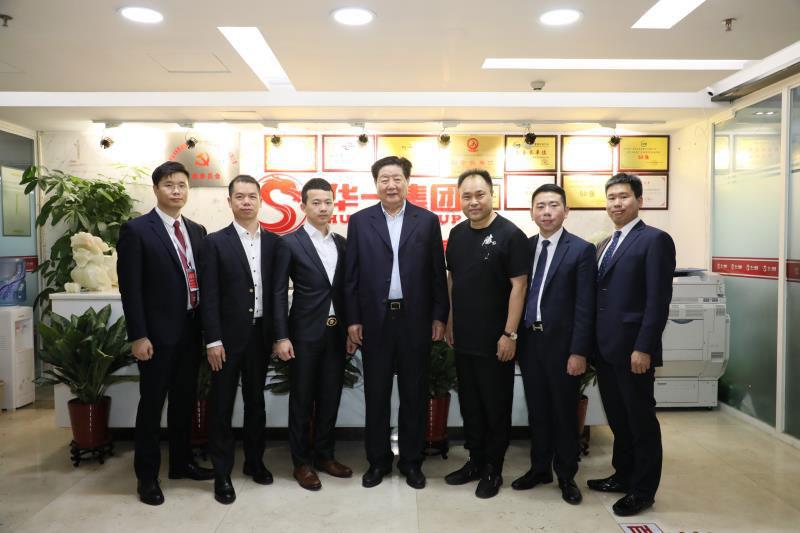 中国中小企业协会会长李子彬到访华一世纪,并与华一世纪高管合影留念